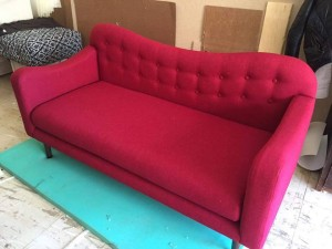 canapé-rouge-en-tapissier